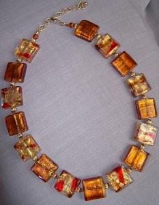 Ketting van glaskralen waarin goudfolie is verwerkt
